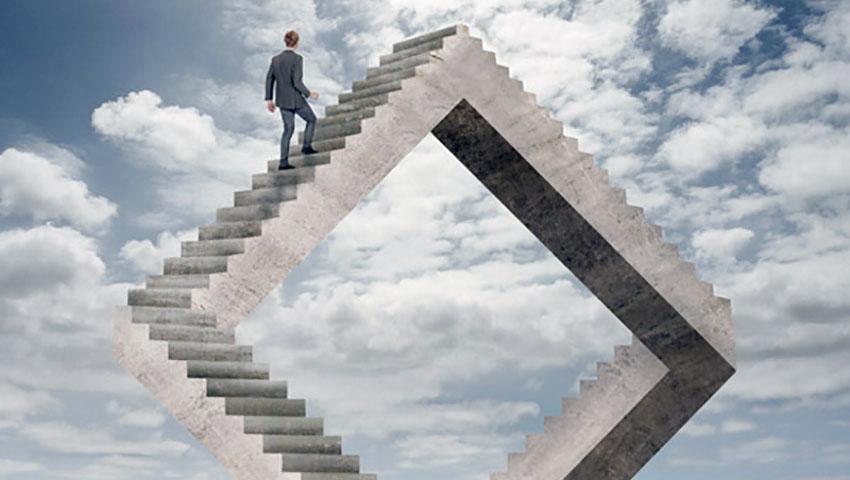 Человек поднимается в небо по лестнице